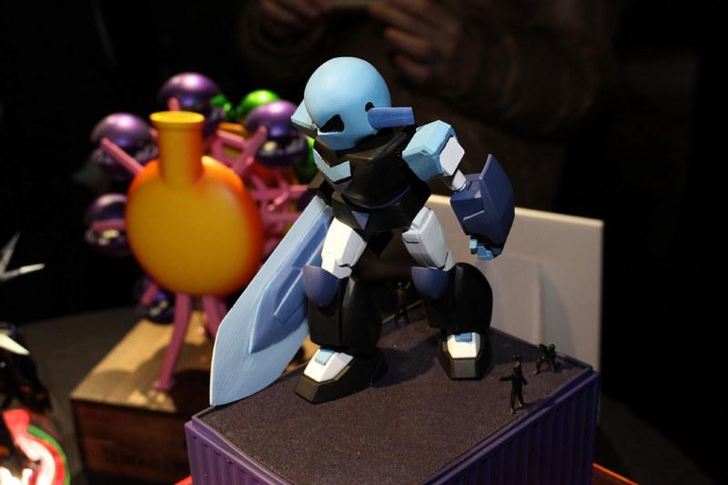 「ラヴィ!!」のかけ声でおなじみ(!?)、ニンテンドーDSの「きみのためなら死ねる」(2004年)より、「ラストバトル」にワンカットだけ登場するロボットを立体化。足元にいるラブラビッツにも注目。モデラーとしても知られる声優のあさみほとりさんが制作