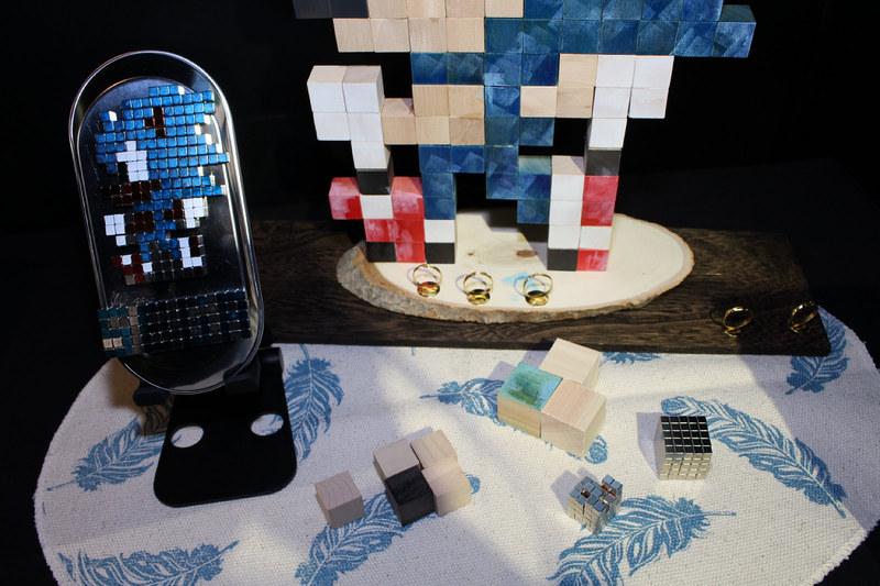 メガドライブを代表するアクションゲーム「ソニック・ザ・ヘッジホッグ」(1991年)のソニックを、制作者オリジナルのドット絵に起こし、それをキューブ状のブロックとマグネットで制作。ドットの解像度を低くしたことで、可愛く仕上がっている