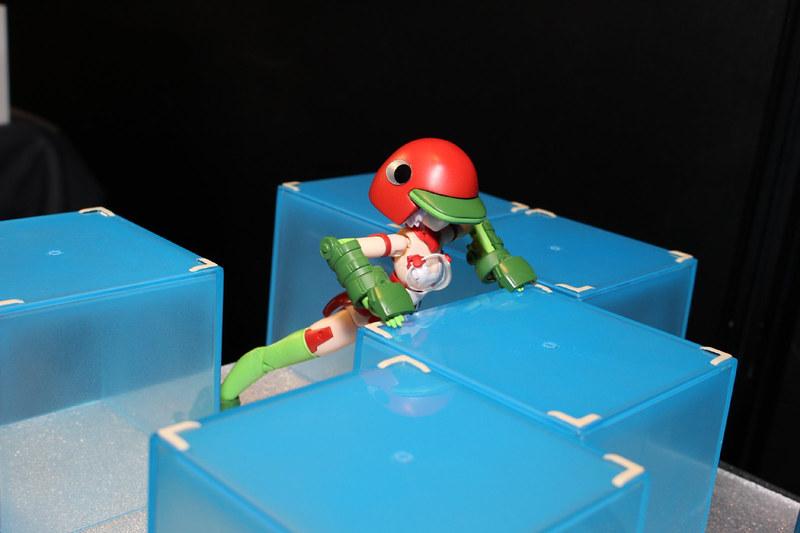 アーケードゲームの「ペンゴ」(1982年)を作者独自の目線で捉え、ペンゴ武装のフレームアームズ・ガールと、氷に潜む正体不明の生物スノービーの対決を描いている。小説「狂気の山脈にて」や映画「遊星からの物体X」の南極の世界観がモチーフだそうだ