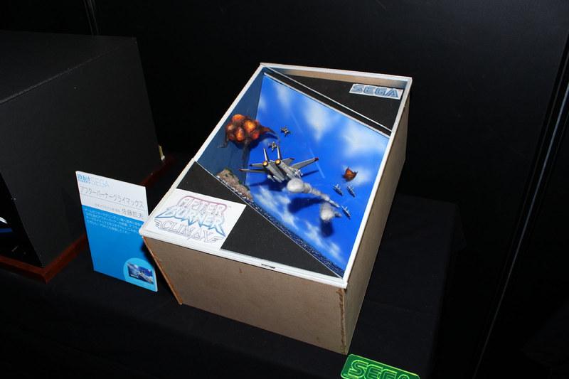 「アフターバーナー クライマックス」(2006年)の空中戦のシーンを切り取り、箱の中に組み上げた情景モデル。制作者はガンプラW杯などで入賞もしている芸人パンクブーブーの佐藤哲夫さん。本人いわく、少し斜め下から見るのがベストなアングルなのだとか