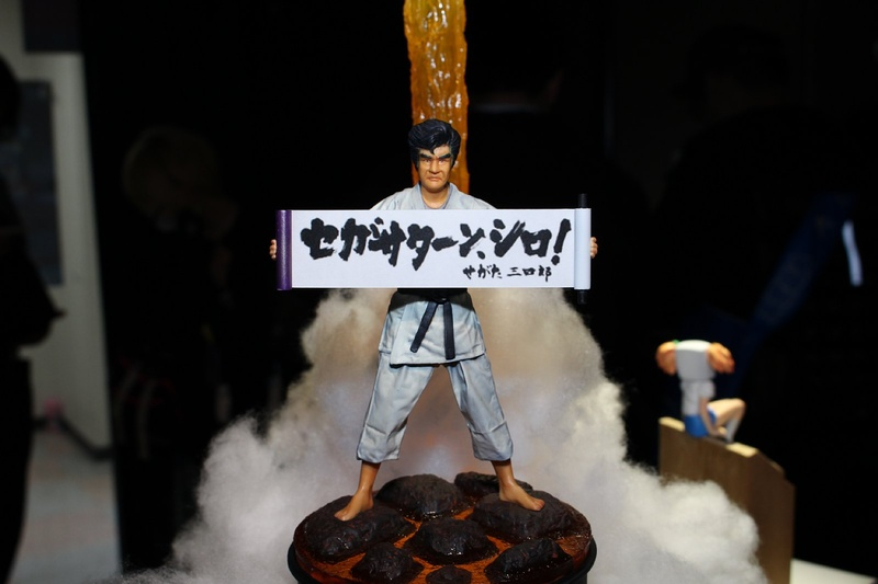 セガサターン後期の主役とも呼べる、藤岡弘、さんが演じた「せがた三四郎」を、本人そっくりのフィギュアで表現。さらに後方には「せがた三四郎 真剣遊戯」(1998年)の最後のCMで見せた宇宙に飛んでいくシーンのジオラマが!