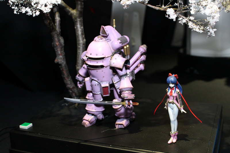 新作制作も決まった「サクラ大戦2」(1998年)の真宮寺さくらとその愛機、光武・改。なんとこの機体、ボタンを押すとカメラアイが光って可動し、さらに一定時間歩行(足踏み)するギミックを内蔵。来場者を驚かせていた。薄暗い会場に背景の桜も映える