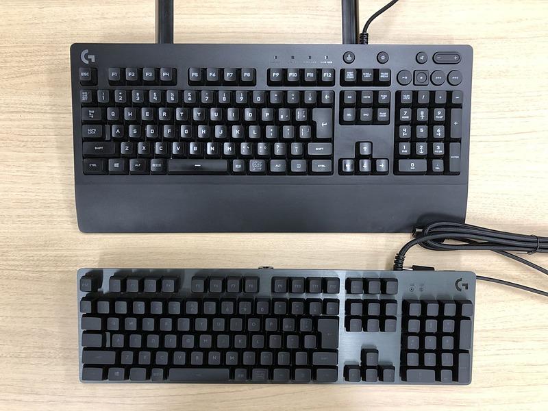 比べてみると一目瞭然だが「G213」(上)はキーボードとしてかなりデカい。こうして比べると「G512」(下)のコンパクトさが際立つ