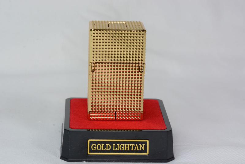 """ライター形態。実際のライターと比べると分厚いが、""""高級品""""としての存在感がある。手に持つと理由もなくワクワクしてくる。金の輝きが、大人な雰囲気をまとっているのが楽しい"""