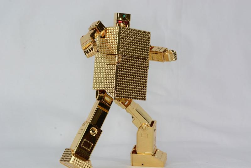 箱から手足が生えたようなシンプルなデザイン。徒手空拳で戦うため武器などもない。胴体に関節がないためポーズが限られるが、独特の魅力がある