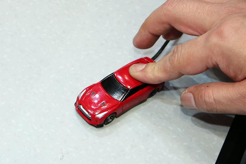押したり転がしたりするとエンジンギミックが作動。動作にはボタン電池2個を使用する