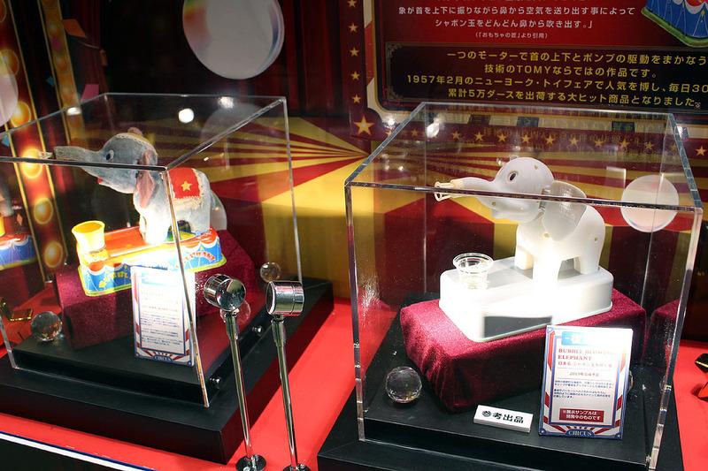 1957年発売のクラシカルなおもちゃ「シャボン玉を吹く象」が、2019年に復刻される予定。右が現在開発中の試作品だ