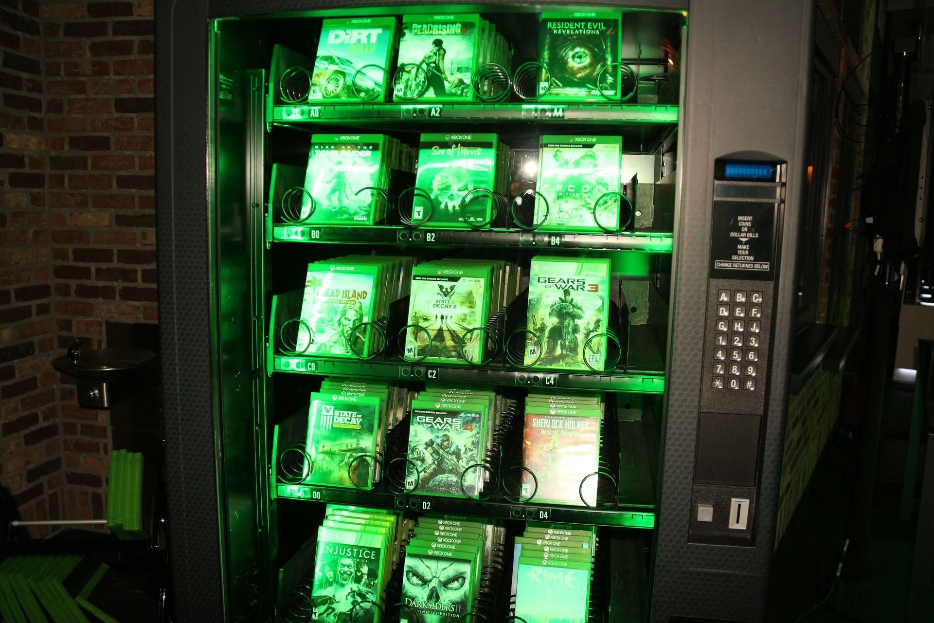 今年、Microsoftが新作タイトルを展開していたMicrosoft Theaterでは、自販機や電飾ポップ、案内板など様々な形で「Xbox Game Pass」をアピールしていた