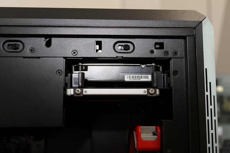 ストレージと電源は上部に配置してエアフローを阻害しないようにしている。ドライブは下部に2.5インチ×2、上部に3.5インチ×1を取り付けられる