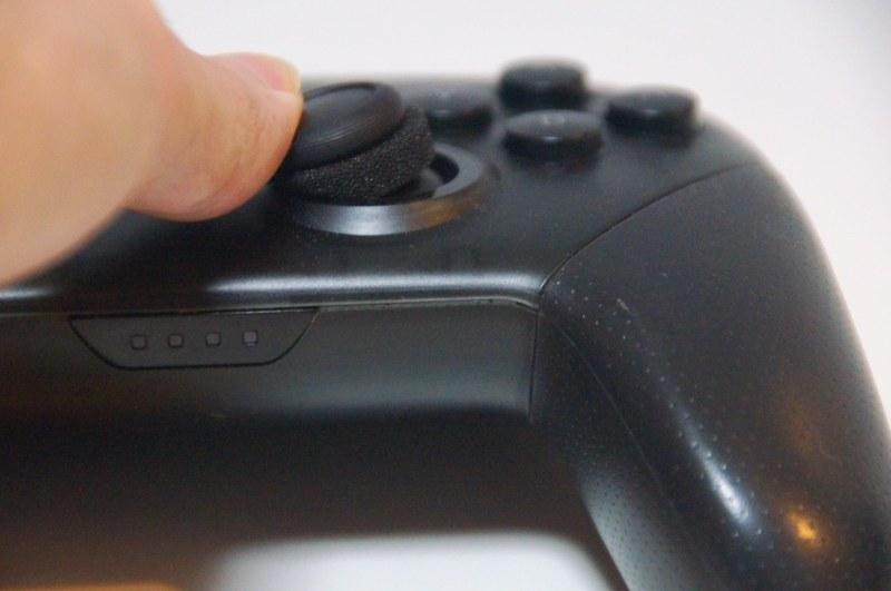 アナログスティックの軸にスポンジを被せると、スティックの軸と枠の間に挟まって、スポンジが潰れる適度な反発感が加わるようになる。これによってスティック操作の微妙なコントロールがしやすくなるというわけだ