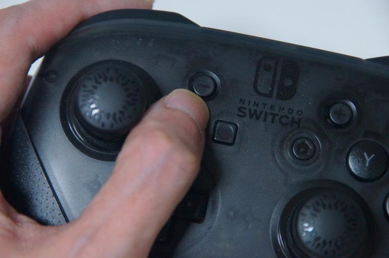 左アナログスティックが高くなるので、手の角度的にそのスティックの奥になる「-ボタン」がちょっと押しづらくなるところがあった