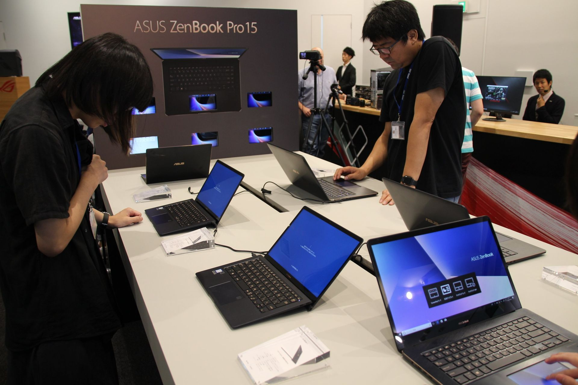 ASUSの主力商品であるZenBookの新製品が並べられている