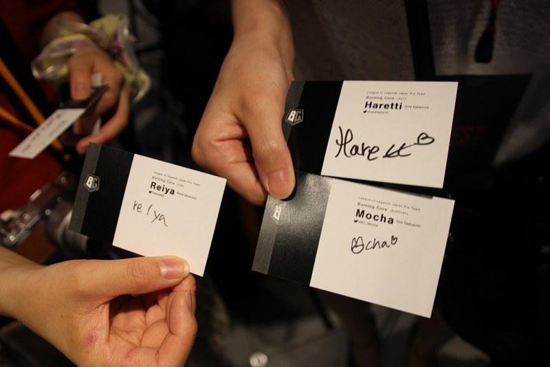 ファンにはサイン入り名刺も配布!ファンサービスの細やかさに驚かされる