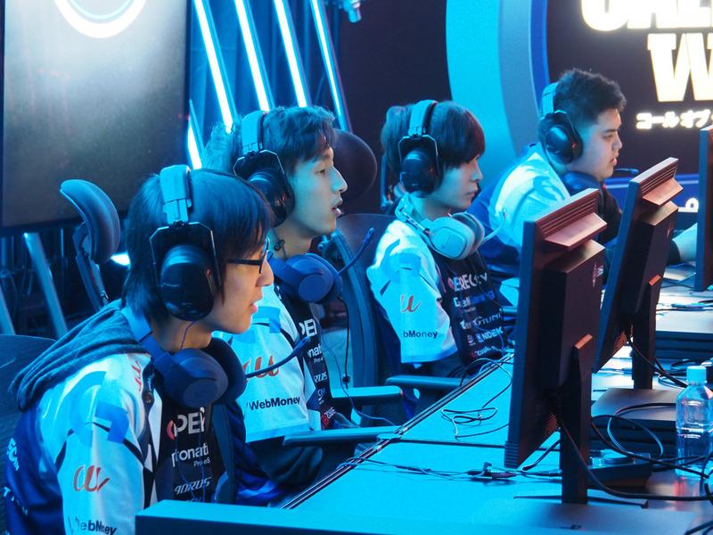 盤石の強さを見せるDetonatioN Gamingの4人。奥から順に、GaIiard(ガリアード)選手、GenGar AX(ゲンガーエーエックス)選手、AIiceWonderIand(アリス)選手、xAxSy(アクシー)選手。