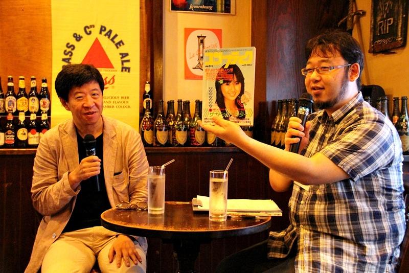 「ロードス島戦記」著者の水野 良氏(左)とゲームオンの加藤 仁氏(右)。加藤氏が手にしているのは「ロードス島戦記」が掲載されていた当時の「コンプティーク」。今となっては激レアな資料を見せてもらうことができた