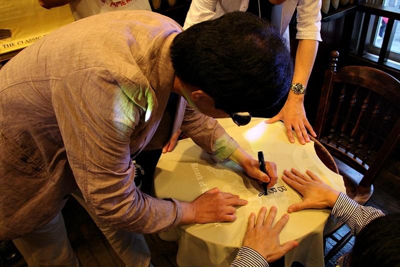 トークショーが終わると、Tシャツや出演声優のサイン入り色紙などの抽選会が行なわれた。Tシャツの当選者にはなんとその場で水野氏がサインを入れてくれるというサプライズも!