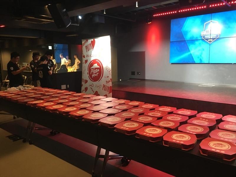 並んだ100枚のピザ。壮観だ
