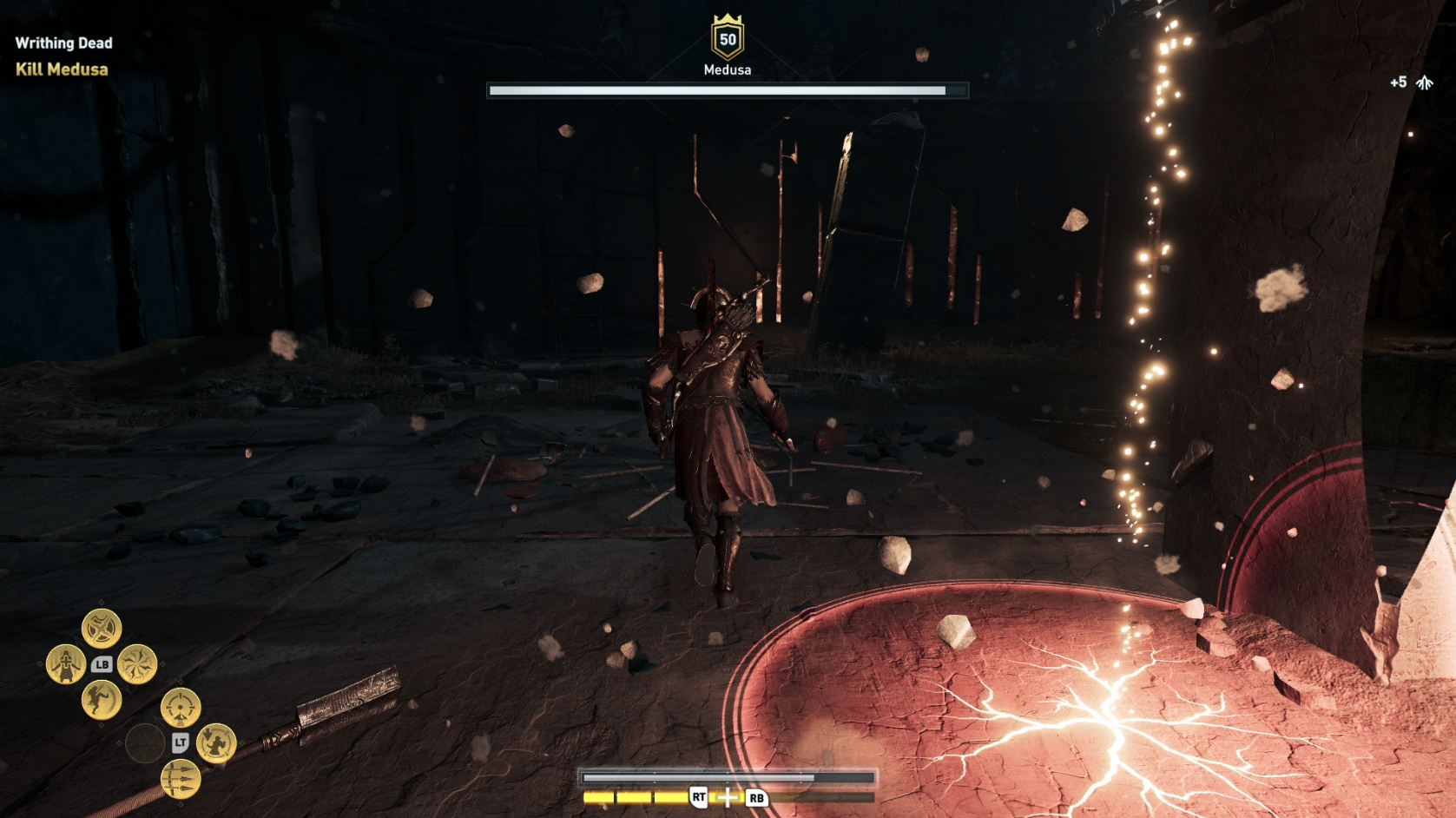 メデューサが刀を地面に突き刺すと、カサンドラの足元めがけて円形の連続攻撃が発生する