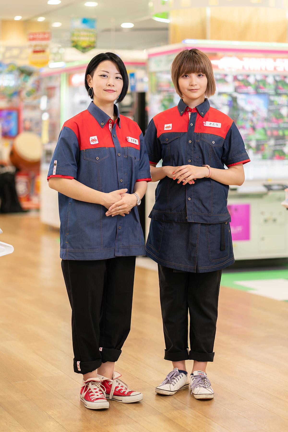 (左)パンツとデニムシャツのコーディネート。パンツの裾をロールアップ/(右)パンツの裾をロールアップし、デニムシャツとエプロンを組み合わせている