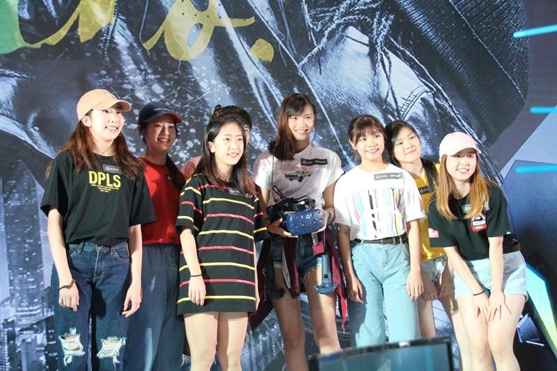 開催前にVR用リズムゲーム「Beat Saber」を用いたデモンストレーションを披露したタイのストリーマーHanzerxyriaさん(中央)とダンサーたち