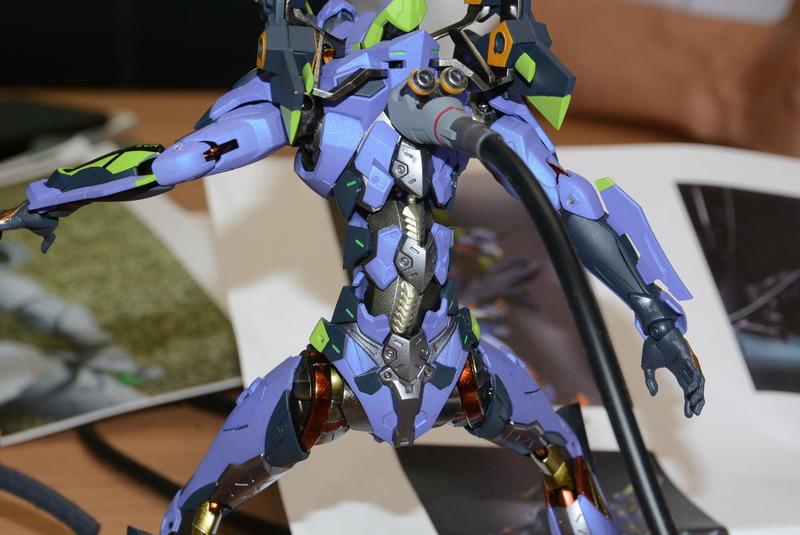 背中の金属色や、膝の構造など、デザインと可動が両立されているのがわかる