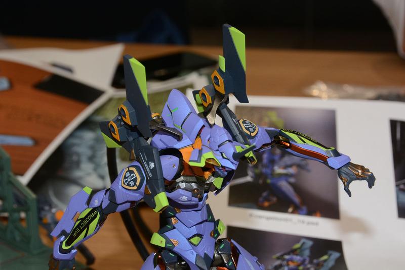 腕に直接接続されていない肩の装甲。背中の支柱で固定されているのが確認できる