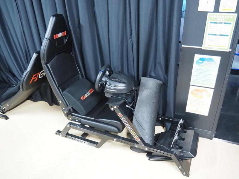 もちろんドライビングシートも完備。しかもフォーミュラカータイプと、GTカータイプの両方が置かれていた。ゲーム好きの人間にとってはなんとも羨ましい環境である
