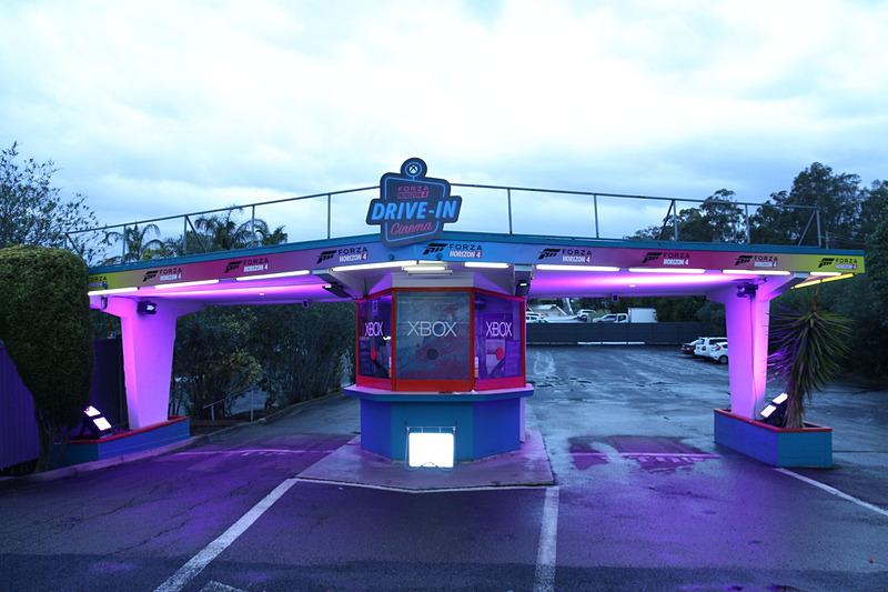 会場となったSkyline Drive inは、欧米によくある郊外型のドライブイン。クルマに乗ったまま映画鑑賞できる広大な駐車スペースの中央にダイナーがあり、その中でイベントが行なわれた