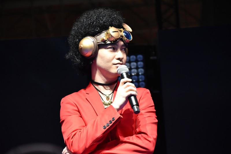小林祐介氏は、自身が演じるメガキンのコスプレ姿を披露した