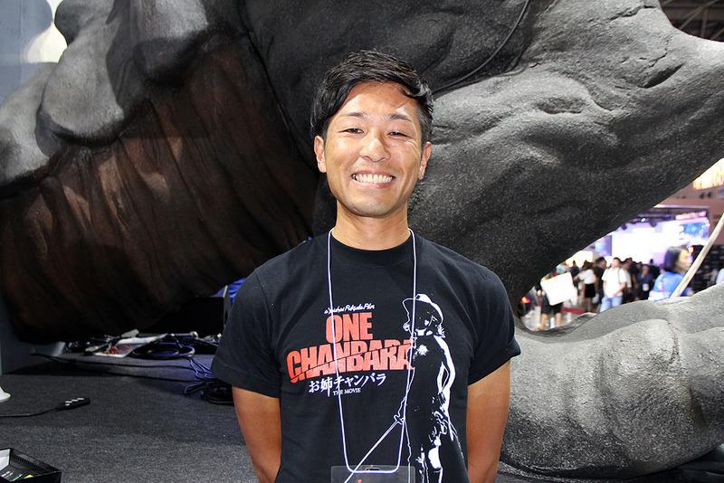「緊張しました」といいつつも、満面の笑みで撮影に応じてくれたタムソフト・エグゼクティブディレクターの手塚俊介氏