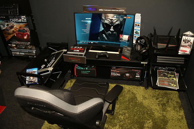 左手にはアケコン等を置くゲーミングワゴンがあり、右手奥にはゲーム機を収納できるゲーミングラックを配置