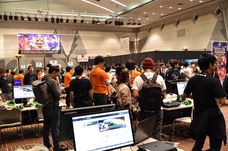 選手たちがひしめき合う会場内。それぞれの卓で試合を進めていく