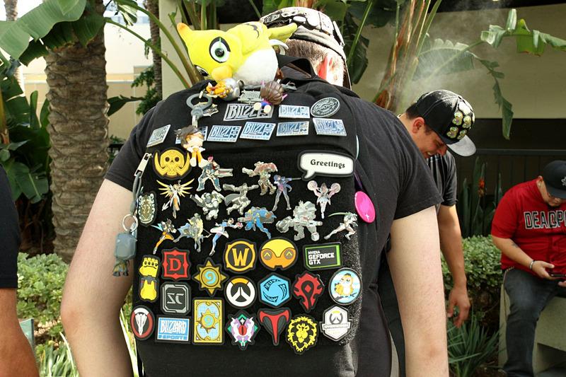 会場には昨年のGoody Bagを背負っているファンが至る所で見られた。みんなギッシリバッジを付けている