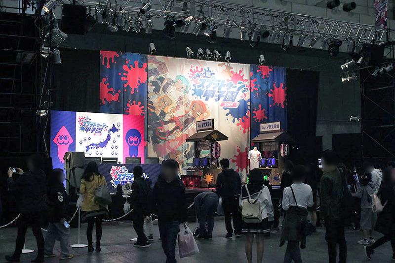 「第4回スプラトゥーン甲子園」のコーナー。1番奥まったところに大きなステージが構えられている