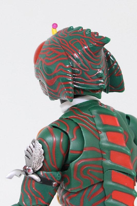 頭を上げると後頭部パーツが収納される。マフラーを後ろに付けるときも便利だ