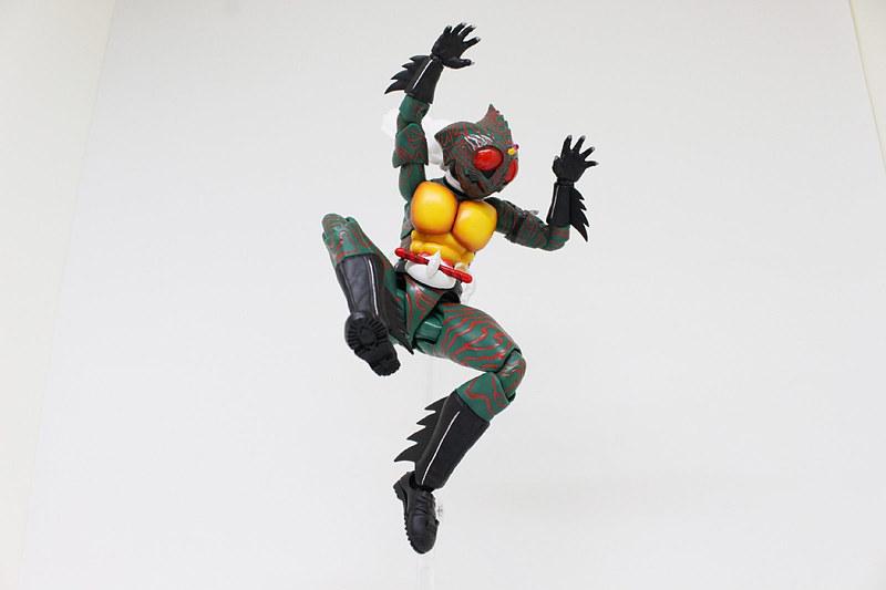 「ケケーッ!」というかけ声で飛び上がるコンドルジャンプはアマゾンの最も印象的なポーズだ