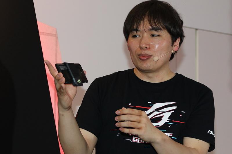 本体背面に取り付けられた「AeroActive Cooler」。ゲーミング機器らしく七色に光る