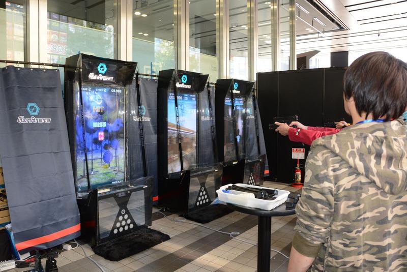 実際にBB弾を発射するガスガンを使用して液晶モニターを撃つアーケードゲームマシン「ガンアリーナ」