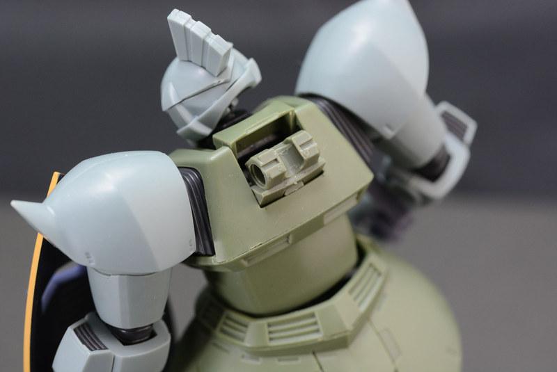 背中の武装を取り付けるジョイントは、カバーを閉めることで隠せる。通常時、背中に何も装備していないというのは、ゲルググの大きな特徴でもある
