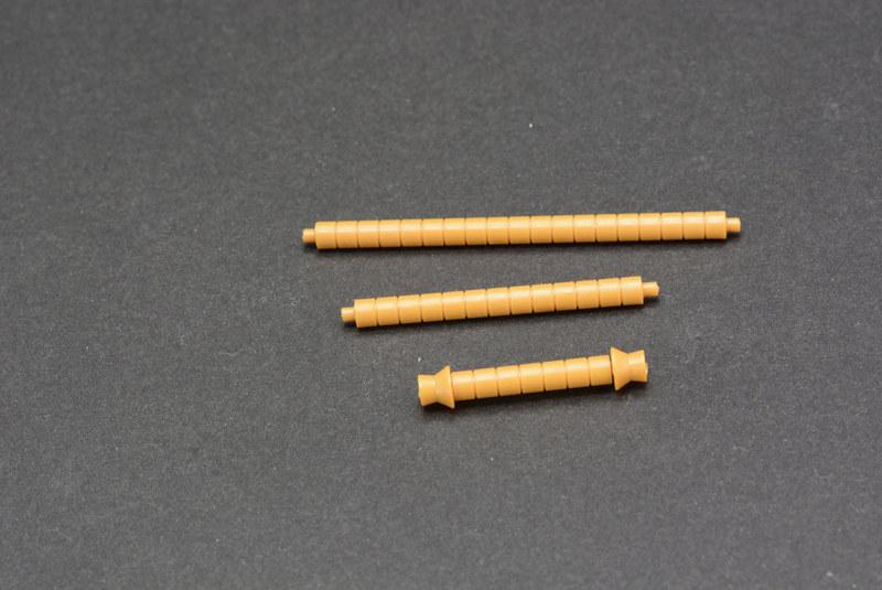 ビーム・ナギナタの柄が3つもついているのが楽しい。長いものはガンダムの斬撃を受け止めた時用だ