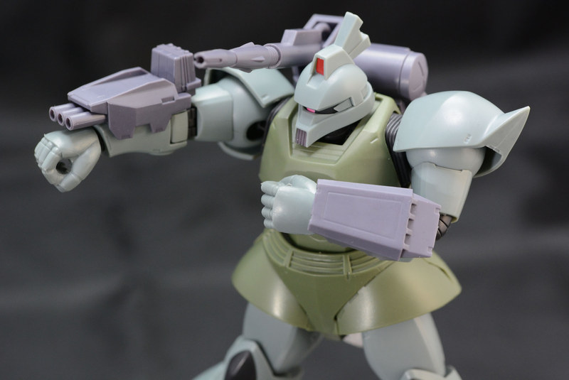 前腕に「三連ロケットランチャー」と「バックラーシールド」を装備。武装から、通常型と戦闘状況の想定が異なるのが見て取れる。運用方法などを考えるのがMSVの楽しさだろう