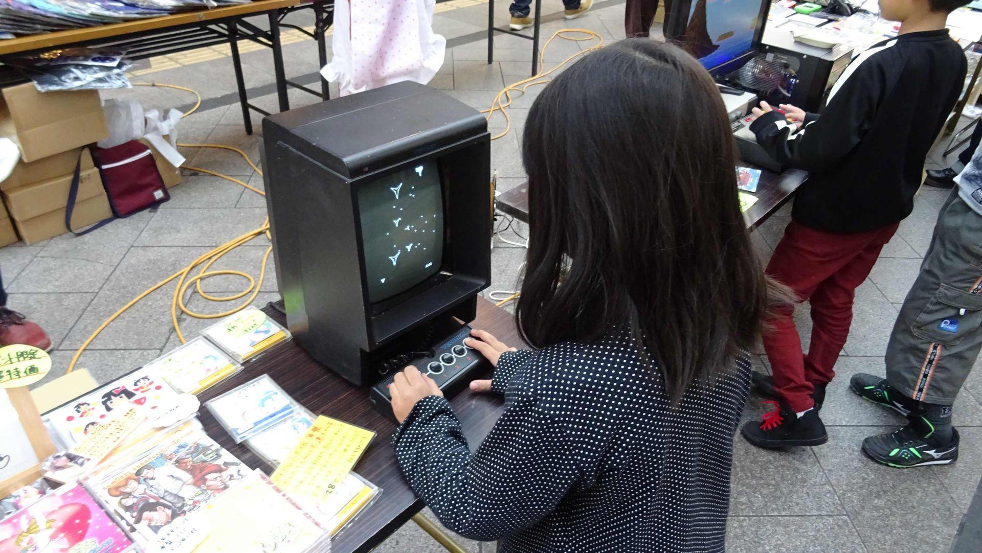 筆者も知らない卓上型ゲーム機。ゲームの内容はおそらく「アステロイド」