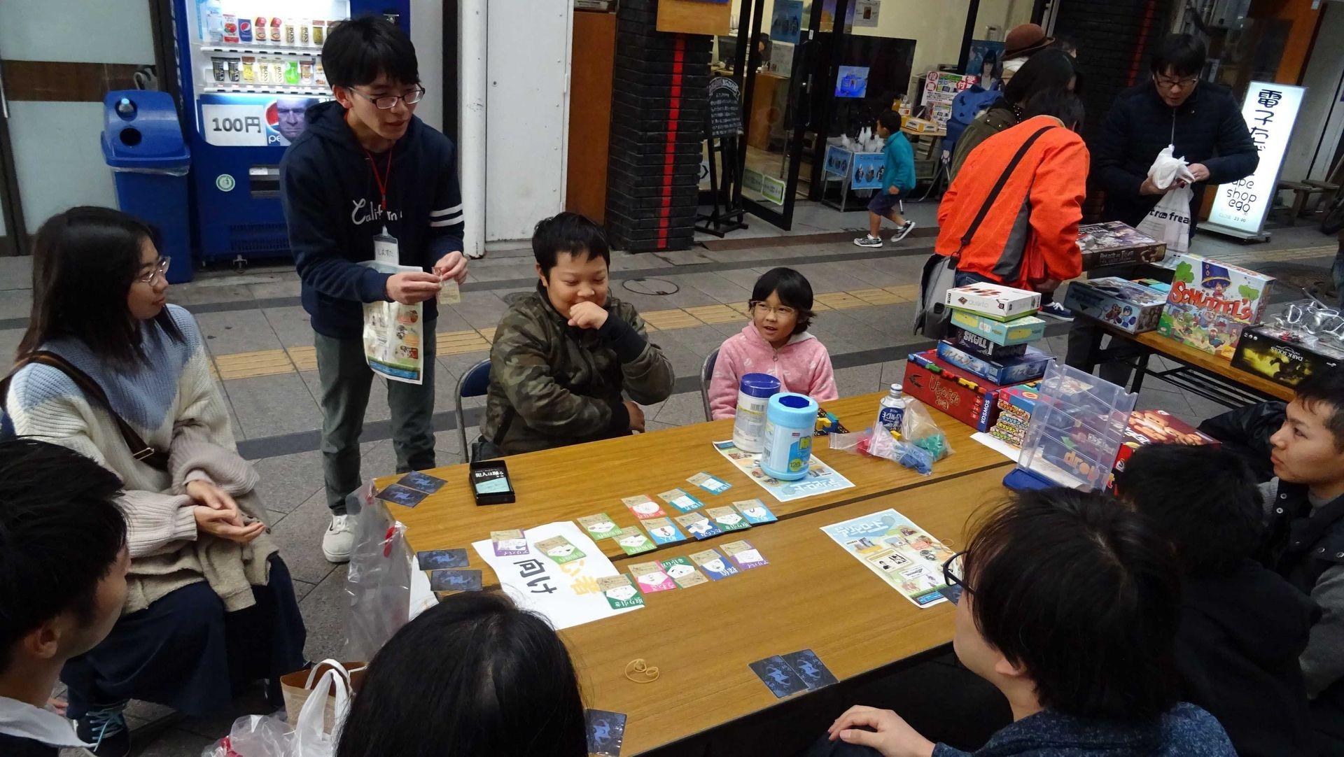 誰のどのカードを選ぶか、真剣に悩んでいる。楽しさが顔からにじみ出ている