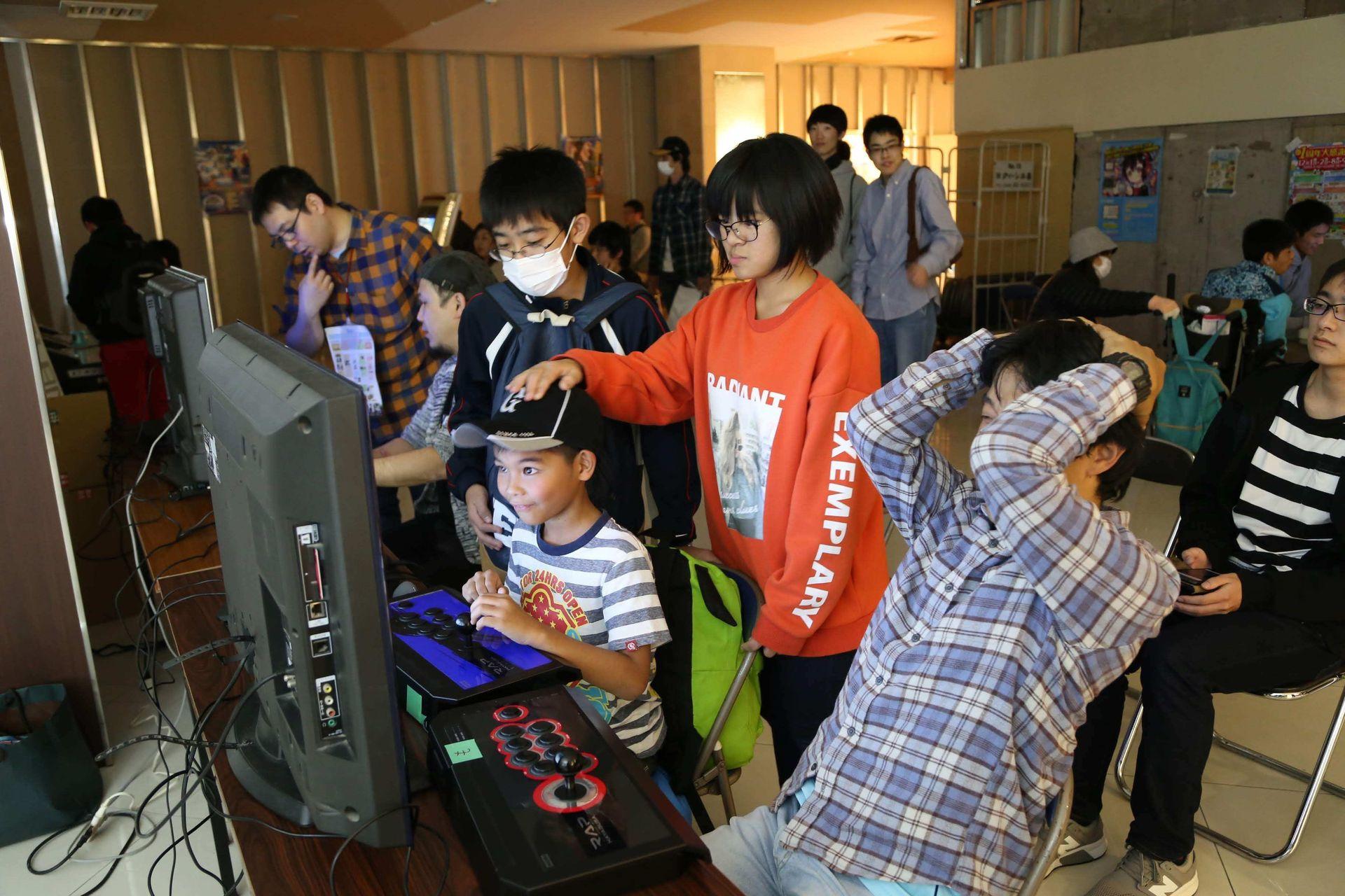 ゲームセンターの無い今、子供達にはアーケード筐体は新鮮に映ったかもしれない