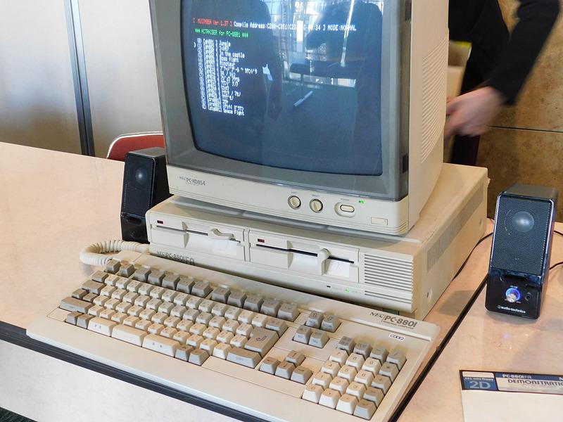 物販コーナーに展示されていたPC8801実機とデモ音源。音源の中身は「ACTRAISER for PC-8801」。古代氏によると、アクトレイザーBGMのプロトタイプとのこと。アクトレイザーの曲はPC8801上で生み出された事を物語っている