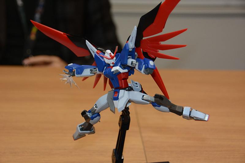 大きく開く足、自由度の高い肩関節など、設計を行なった坂埜氏のこだわりが感じられる