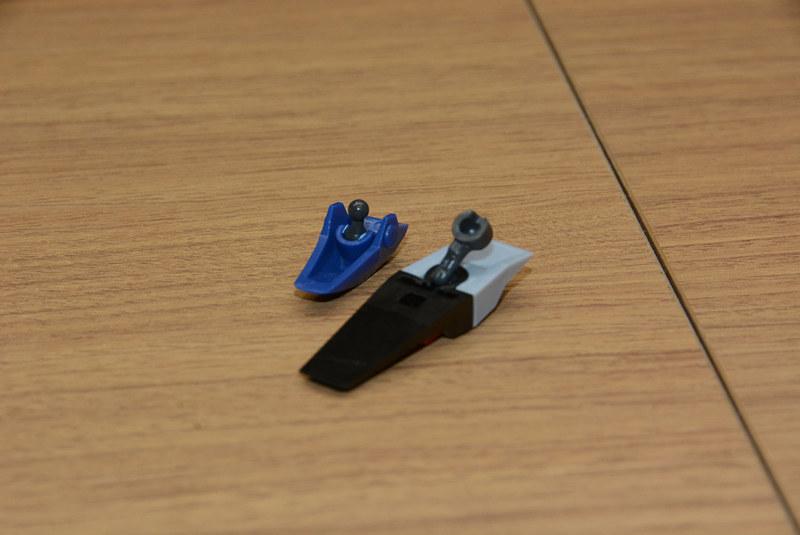 装甲部分に軸パーツを挟みこむことで、本体から浮かすことが可能に。関節の可動範囲を大きく広げてくれる