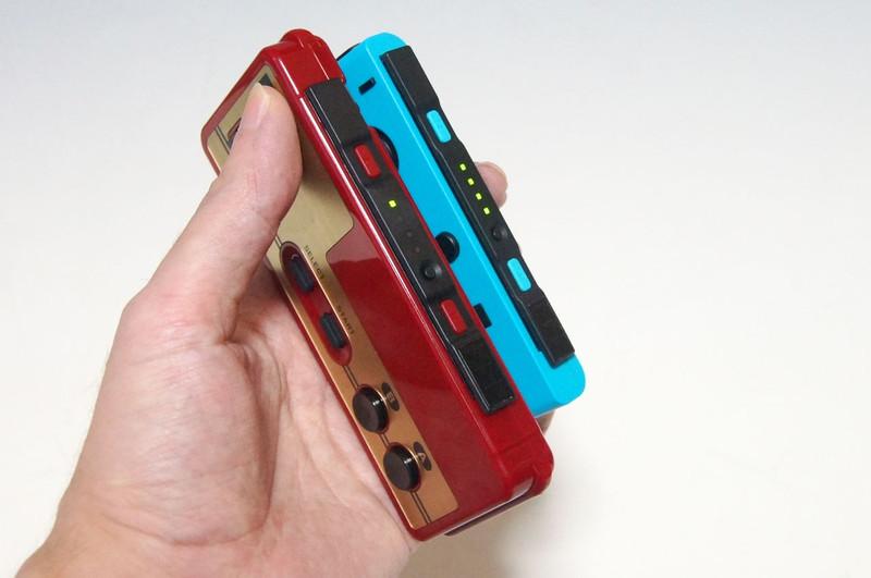 Nintendo Switch本体に装着して充電するのだが、Joy-Conと比較すると幅が広く、充電スタンドのような製品ではちゃんと差し込めず充電できないこともある