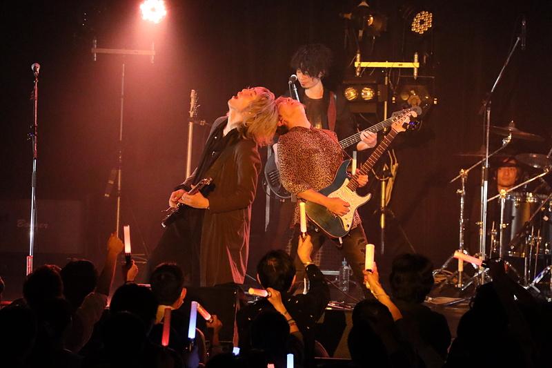 激しいサウンドを観客にぶつける成田氏(写真左)
