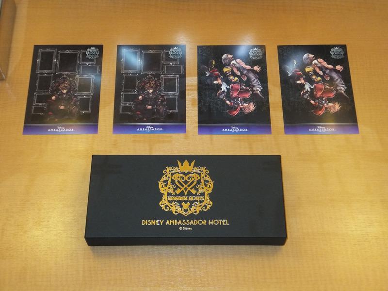 宿泊すると、オリジナルのポストカードももらえる。1室につき、2種類、各2枚ずつの用意(ルームキーボックスの上の4枚)